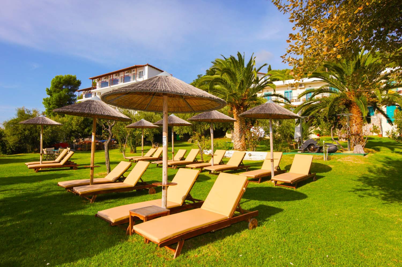 Ξαπλώστρες στον κήπο του ξενοδοχείου Angeliki Beach